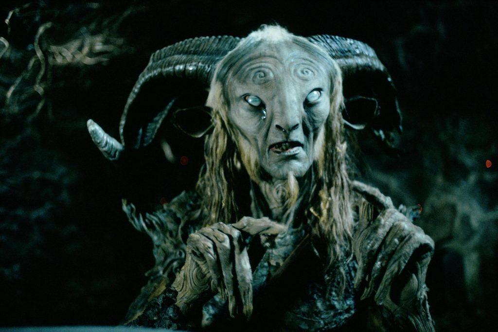O ator Doug Jones, intérprete do Fauno e do Homem Pálido, usando um dos figurinos.