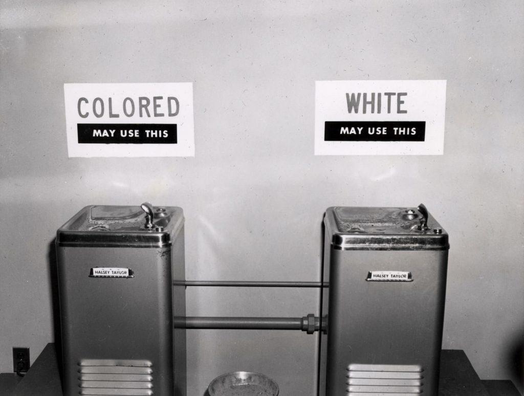Bebedouros separados: racismo escancarado