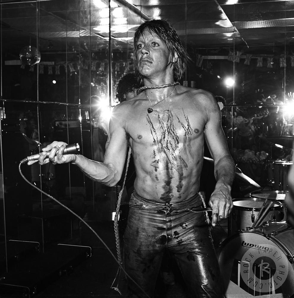 Era normal Iggy se cortar com cacos de vidro durante os shows, pular nos instrumentos e se jogar em cima do público (atitude essa que ficou conhecida como stage dive) (Foto: Reprodução)