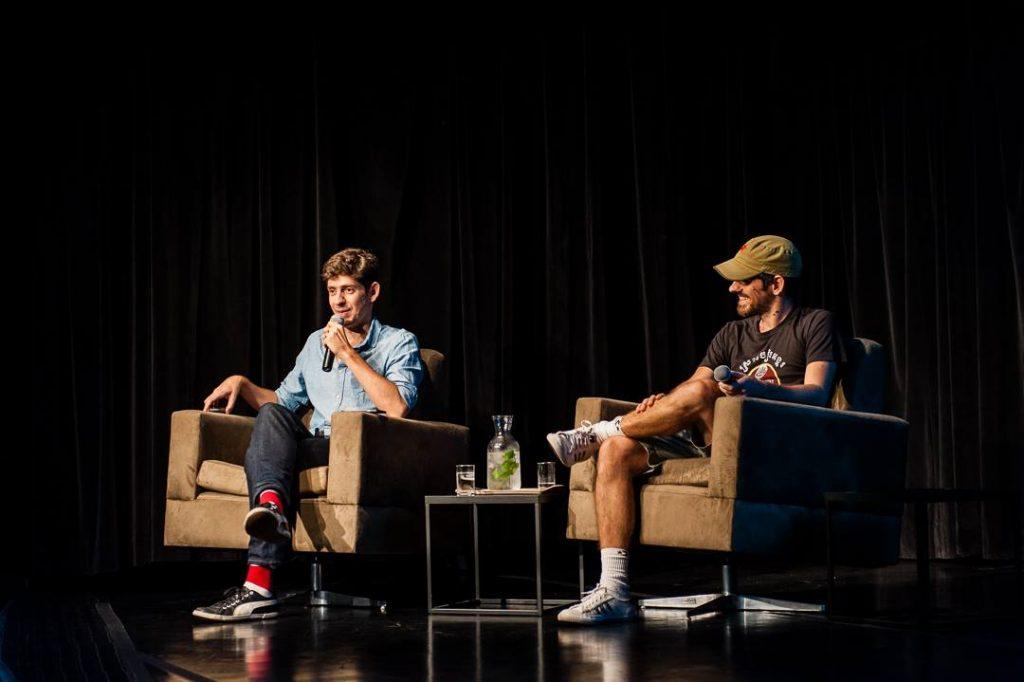 Fábio Moon (esquerda) e Gabriel Bá em conversa com o público no FestA! de Bauru. (Foto: Sesc Bauru/Juilio Riccó)