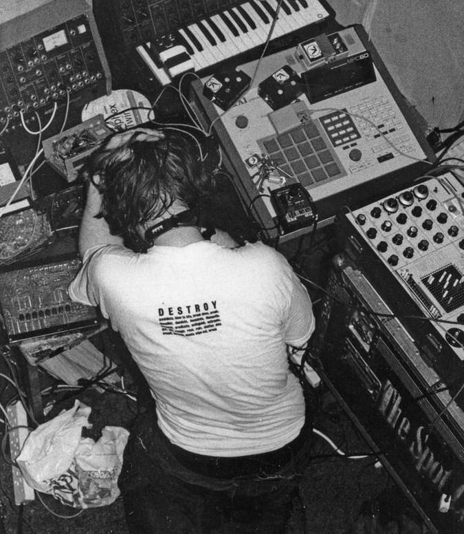 Richard D. James, no início dos anos 90, rodeado por suas tecnologias