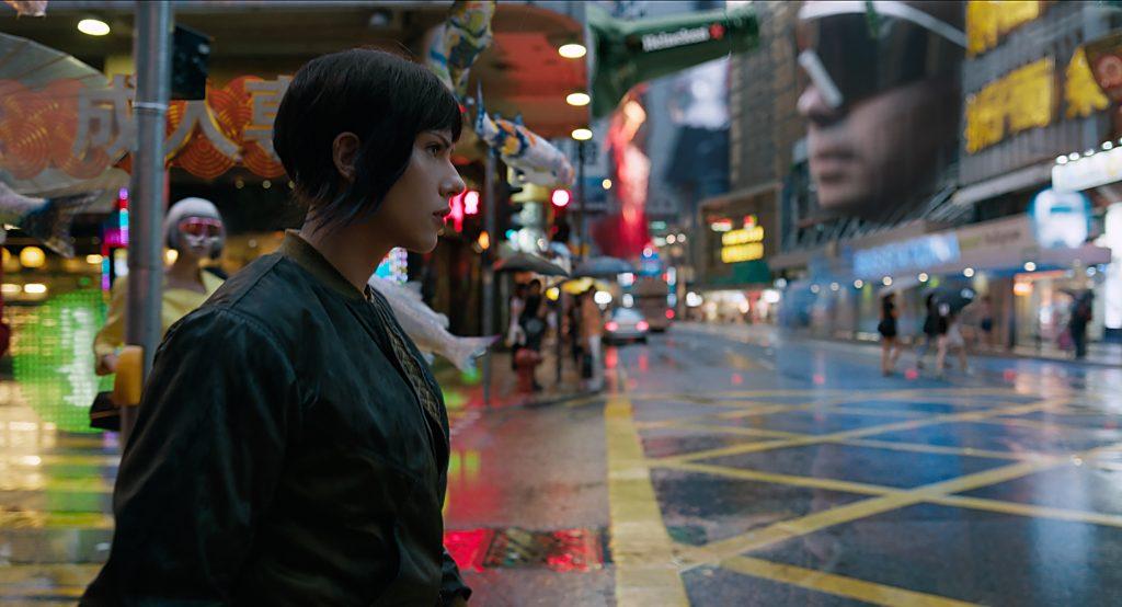 Cyberpunk próximo: os hologramas das ruas do filme não diferem muito de experiências reais com realidade aumentada.