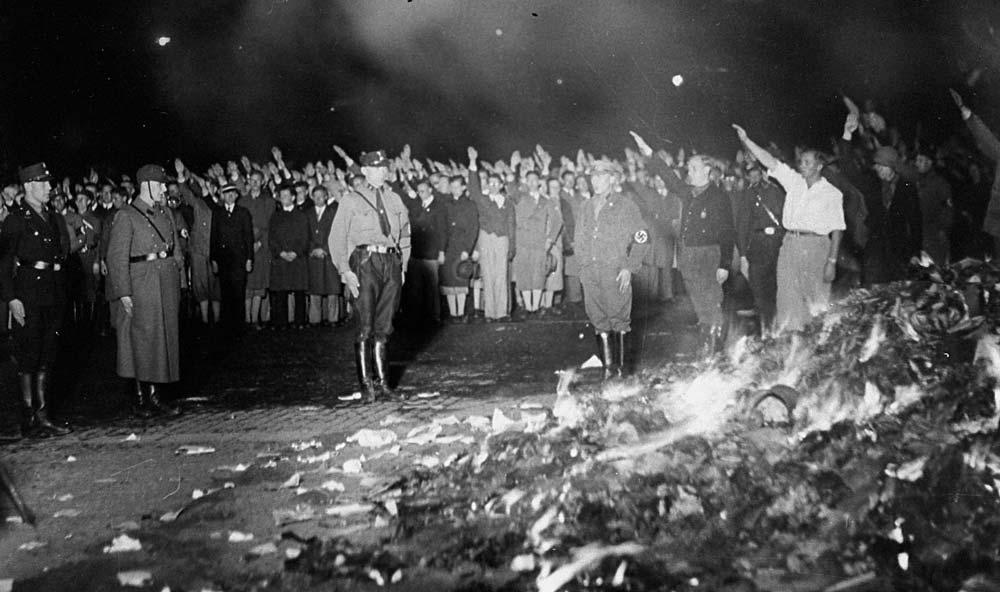 Nazistas queimam obras literárias de intelectuais em praça pública, 1933