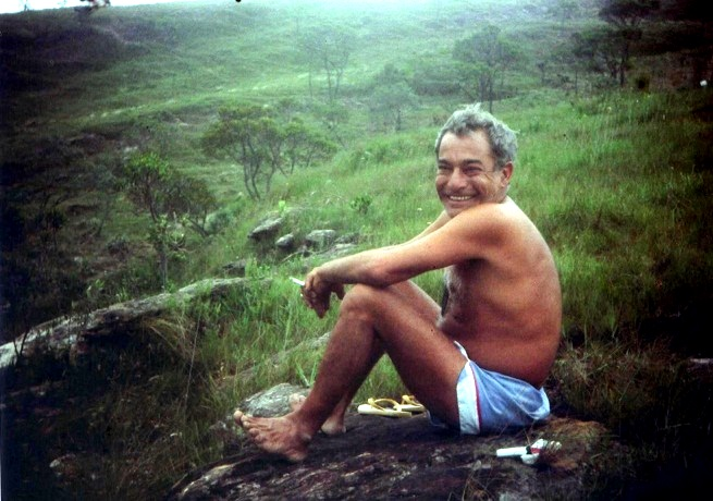 """Com ar mísitico, seu Juan no lar-escola alternativo, mas conhecido como """"A Montanha"""". Crédito: cosmologiapesquisa.blogspot.com.br"""
