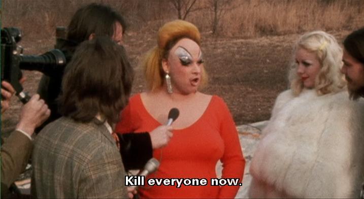 Divine, em uma clássica cena de Pink Flamingos (1972)