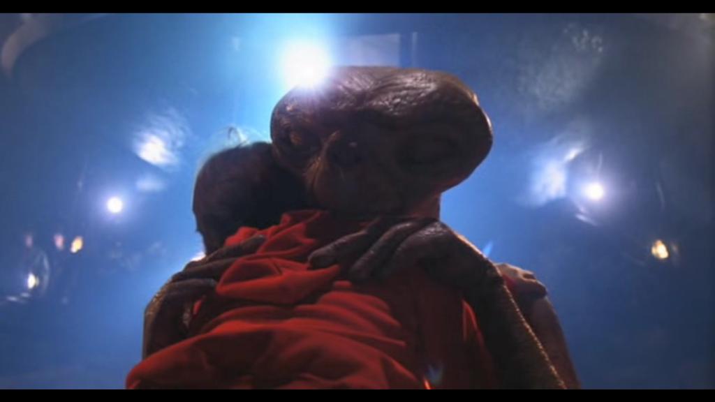 menino abraçando E.T.