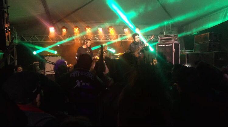 """""""Mernecenáras"""" se apresentando. A banda do cenário pós-punk effoi presença garantida no Woodgothic 2017 (Crédito: Camila Araujo)"""