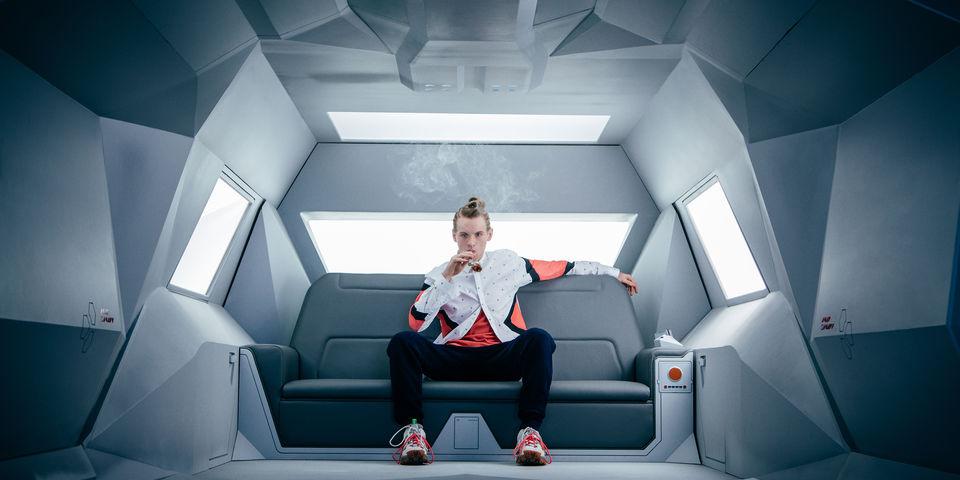 Technical Boy (Bruce Langley) em sua limusine de RV é o millenium mimado que acredita que o mundo está aos seus pés.
