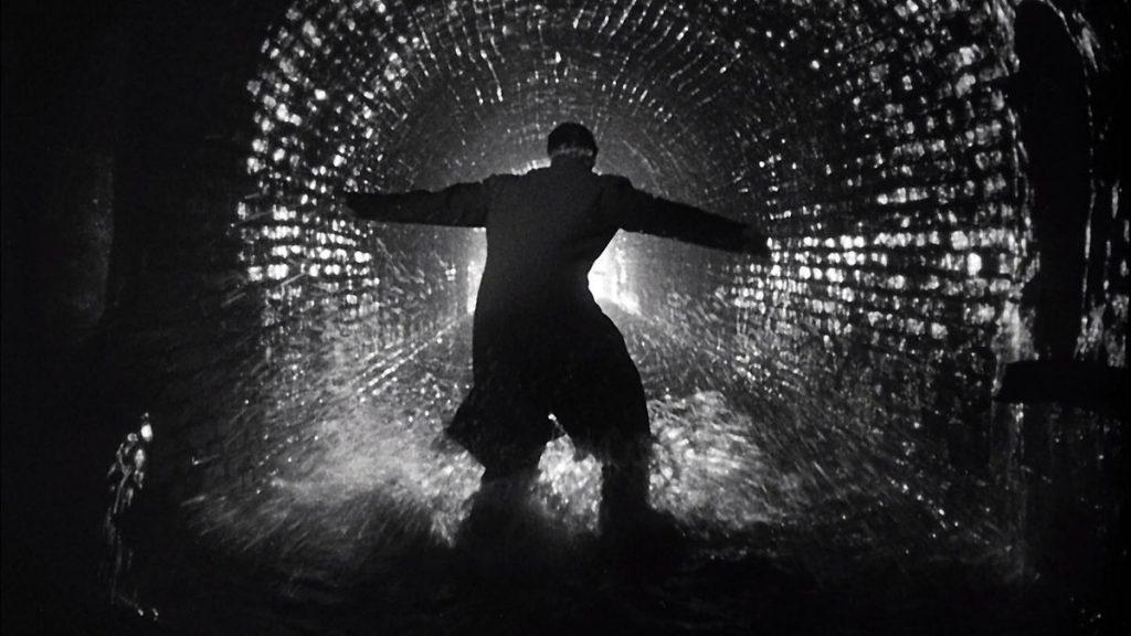 """Contrastes: Clássico do cinema noir, """"O Terceiro Homem"""" (dirigido por Carol Reed e com Orson Welles no elenco principal), de 1949, foi a principal inspiração para a fotografia e roteiro do vídeo de """"Smooth Criminal"""" (Foto: Reprodução)."""