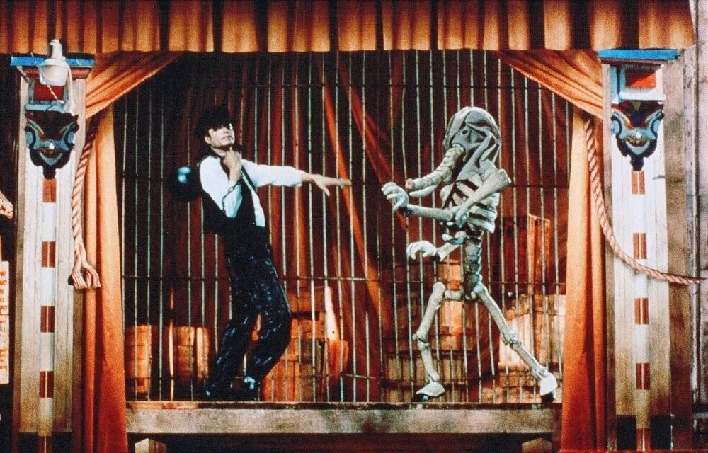 """Olha o que você me fez fazer: No clipe de """"Leave Me Alone"""", Michael debocha das insanidades que a imprensa insistia em associar a ele (Foto: Reprodução)."""