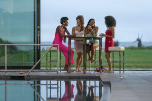 Quatro mulheres conversam em um episódio de Pose