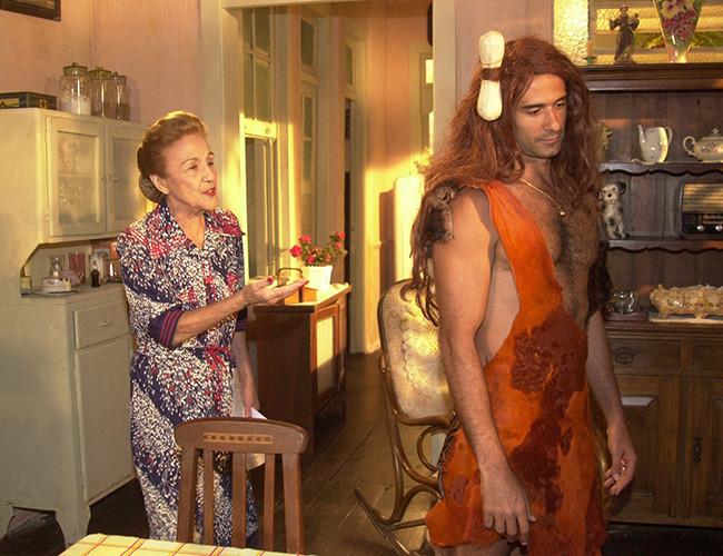 À esquerda a atriz Nair Bello e, à direita, o ator Marcos Pasquim.