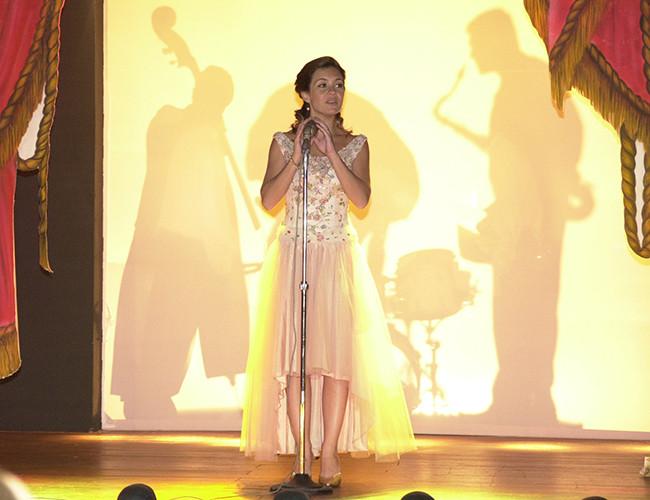 A atriz Adriana Esteves em cena no centro do palco