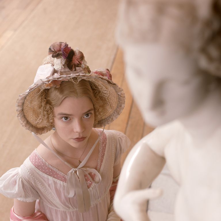 Emma observando uma estátua em desfoque