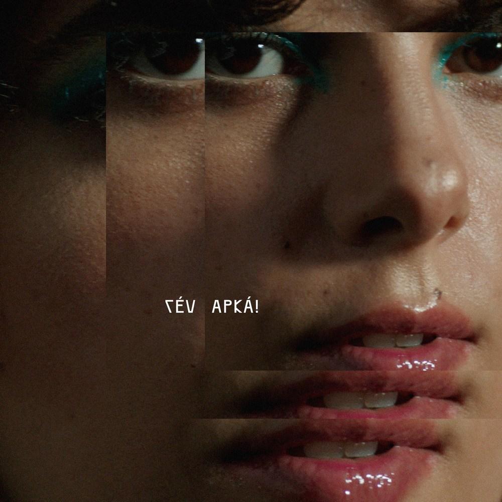 """Capa do álbum """"APKÁ"""" da artista Maria do Céu. A imagem é composta por de uma fotografia muito próxima do rosto da artista que se sobrepõe três vezes e se alinha no canto superior direito. Céu tem a pele branca e usa uma maquiagem azul clara nos olhos e um brilho labial suave. Numa posição quase no centro mas levemente ajustada à esquerda e ao lado inferior da imagem, está escrito """"CÉU"""" e depois, na mesma linha, """"APKÁ!"""", numa fonte meio tribal em caixa alta e colorida num tom de branco levemente rosado."""