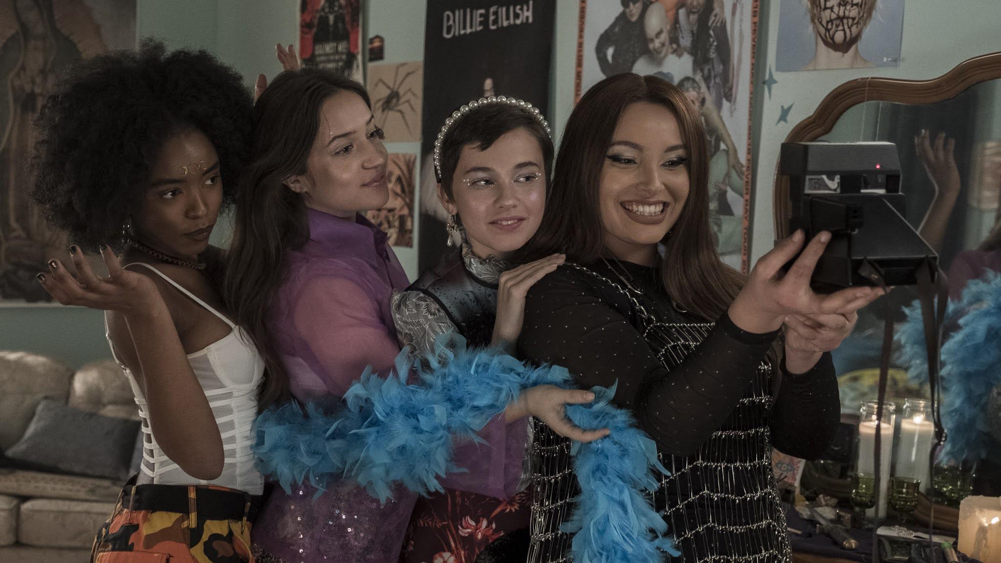 A quatro protagonistas reunidas tirando uma foto.