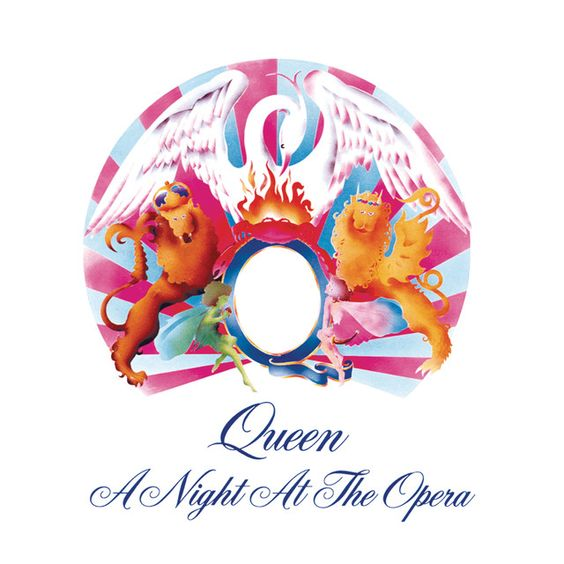 Imagem com o fundo branco. Ao centro a figura de dois leões colocados em pé, um de cada lado da letra q em azul. Em cima da letra a figura de um caranguejo em chamas, colocado a frente de uma fênix branca. Um círculo azul e rosa está ao fundo das figuras. Na parte inferior da imagem aparece o nome da banda, Queen, e o nome do disco, A Night At The Opera.