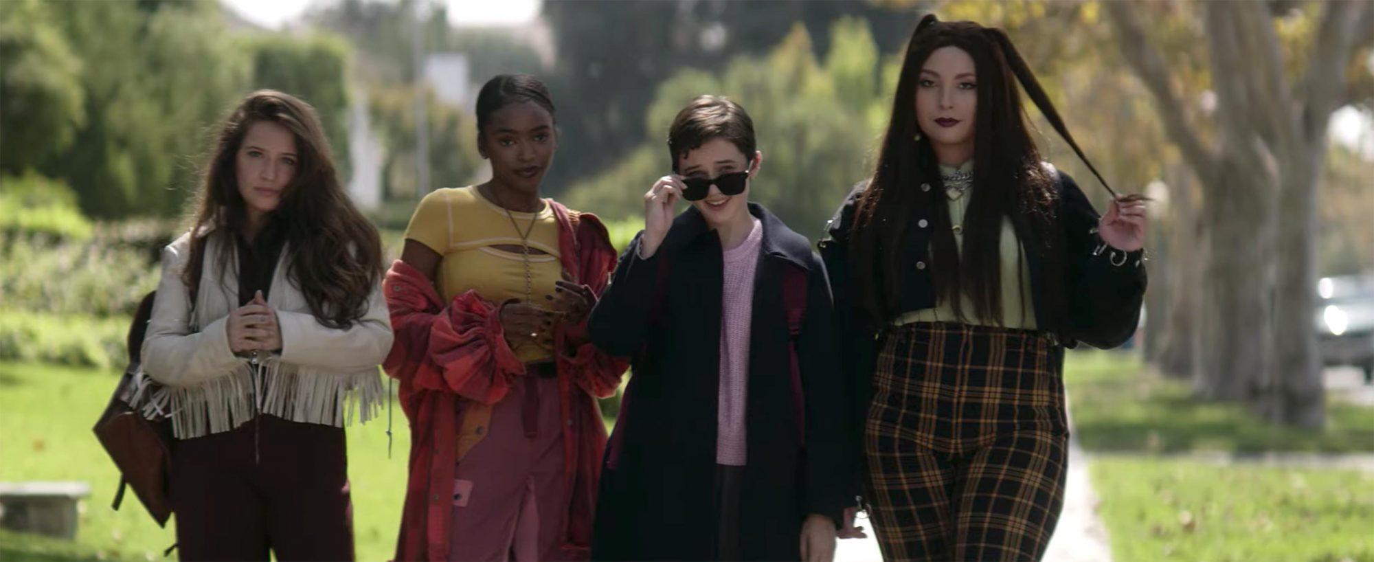 As quatro personagens em um fundo desfocado, da direita para esquerda estão Frankie, Tabby, Lily e Lourdes