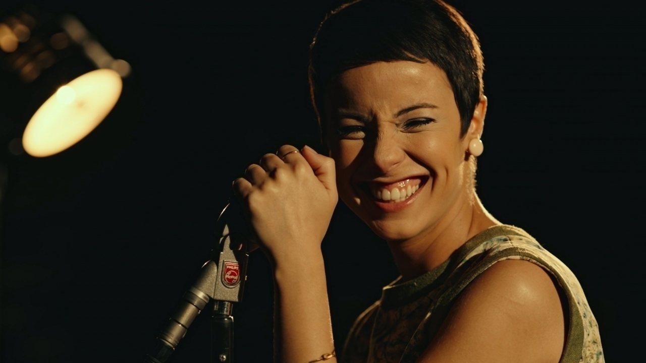 Na imagem Andréia Horta está caracterizada como Elis Regina. Ela está de lado, com a mão esquerda sobre um microfone, o qual encosta na lateral do seu rosto. Sua face está virada para a câmera e ela tem um largo sorriso estampado, olhos fechados e os cabelos castanhos escuros cortados bem curtos.