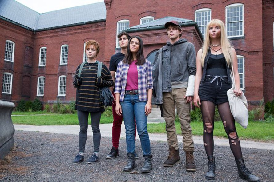 Imagem dos cinco mutantes parados em frente ao hospital. Da esquerda para a direita: Lupina, Mancha Solar, Miragem, Míssil e Magia.