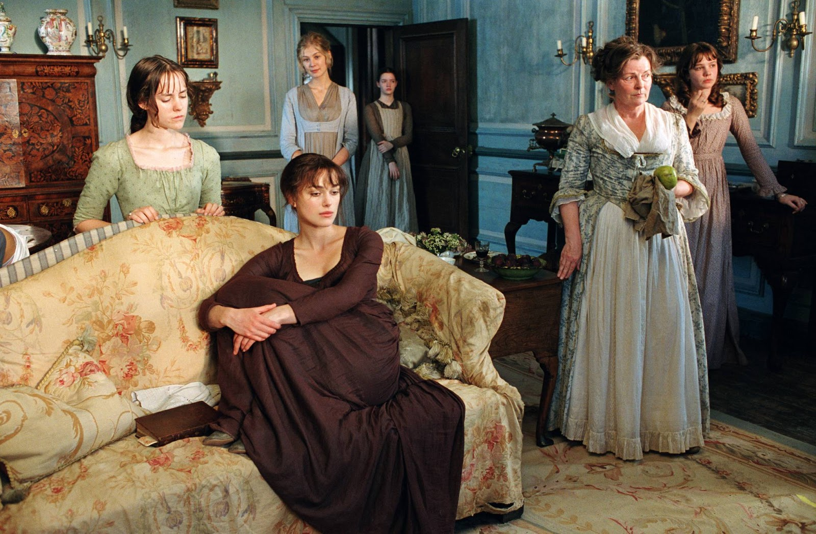 Na foto vemos cinco mulheres numa sala, com a protagonista, Elizabeth Bennet, na frente