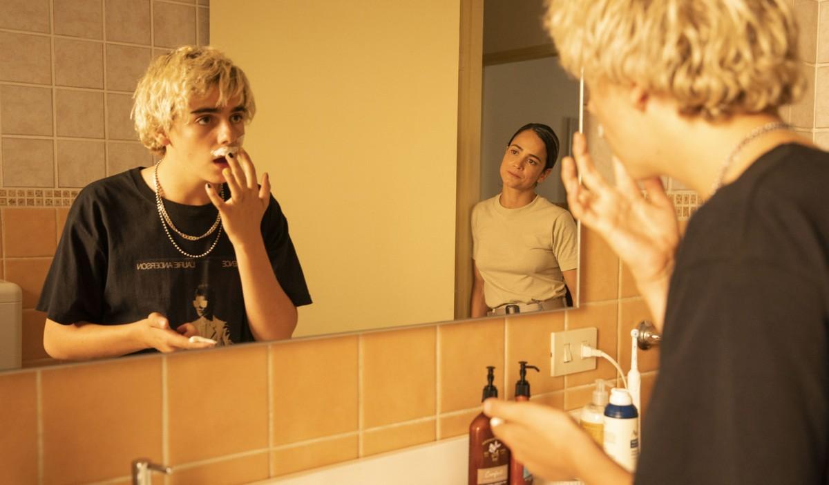 Vemos a imagem do banheiro da casa de Fraser, ele está se olhando no espelho passando creme de barbear acima dos lábios, para tirar seu bigode. Ele usa uma camiseta preta larga e duas correntes em volta do pescoço. Na porta do banheiro está Maggie, uma mulher brasileira, de cabelos pretos presos e pele clara, ela usa uma camiseta bege.