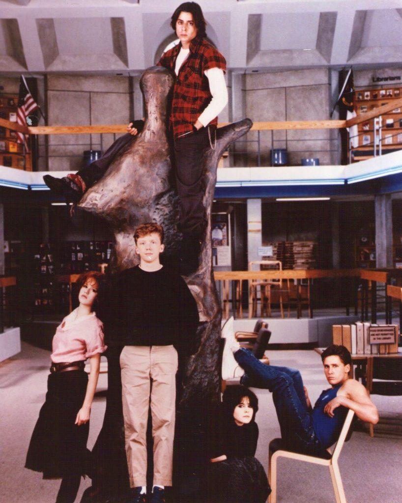A imagem é uma fotografia dos personagens na biblioteca. Nela, John está em cima de uma estátua. Claire e Brian estão encostados na mesma estátua. Allison está sentada, do lado esquerdo da estátua. E Andrew, também do lado esquerdo, está sentado em uma cadeira, com as pernas apoiadas na estátua.