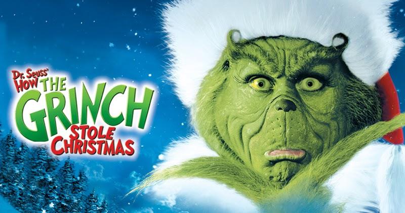 A imagem mostra o personagem Grinch usando um gorro vermelho com a base de pêlos brancos. O personagem é verde, possui um nariz arrebitado e olhos grandes. Ele é peludo e está na frente de um fundo azul. A sua esquerda aparece o nome original do filme em inglês: Dr. Seuss How the Grinch Stole Christmas
