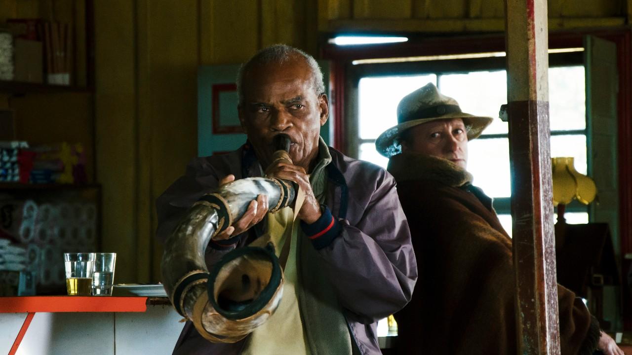 O personagem de Antonio Pitanga, um homem negro de 80 anos, toca berrante dentro de um bar