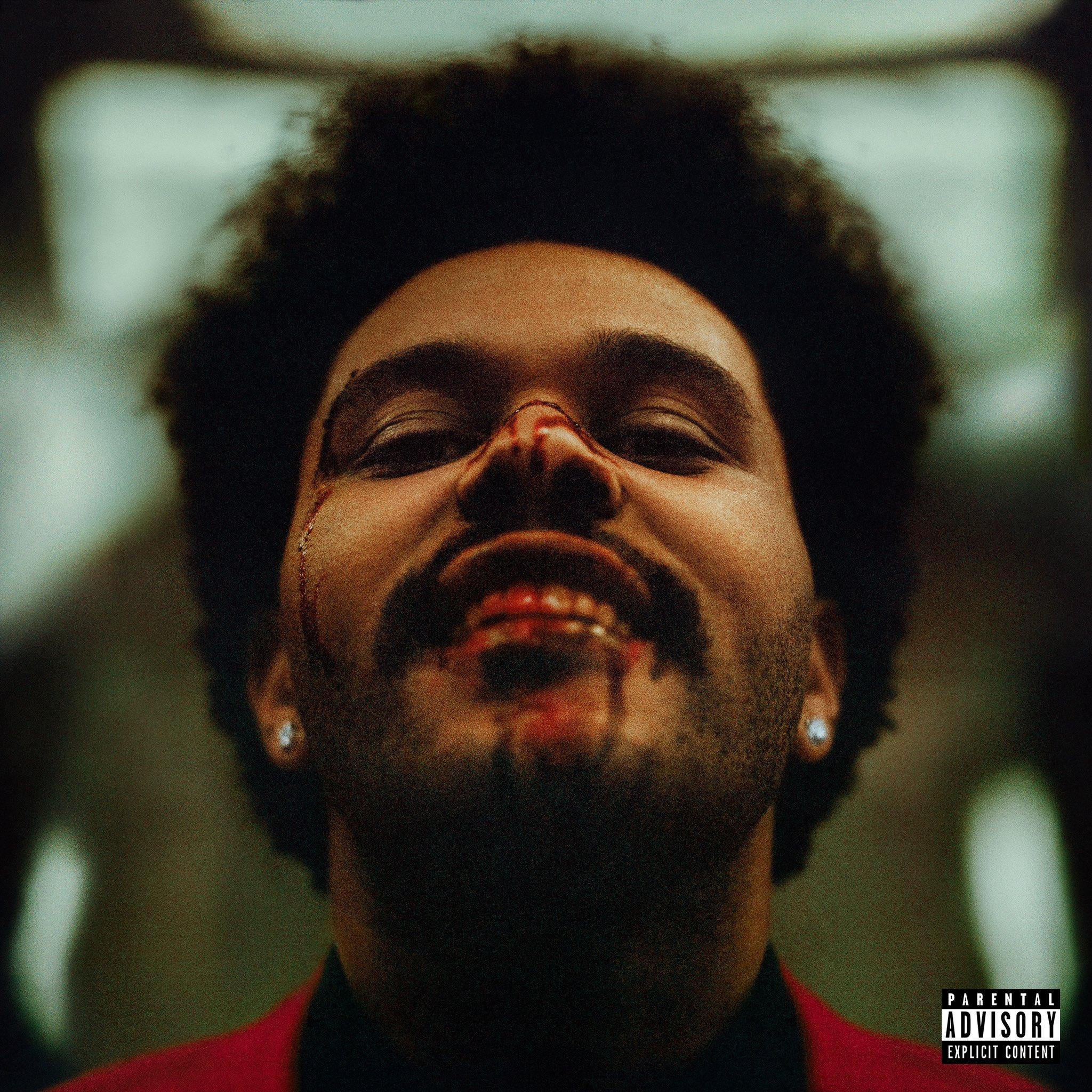 Capa do álbum After Hours. O cantor The Weeknd aparece olhando para a câmera e sorrindo, com sangue escorrendo no nariz e nos dentes. Ele é um homem negro perto dos 30 anos, com cabelo estilo blackpower e um brinco de brilhante em cada orelha, ele usa um terno vermelho