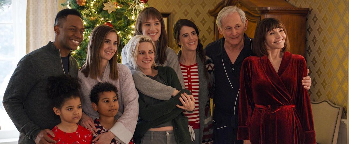 Na imagem, todo o núcleo familiar reunido para uma foto, com as protagonistas no centro.