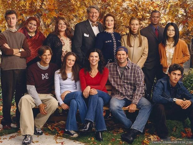 A foto contém todos os personagens da séries enfileirados, com Rory e Lorelai no centro.