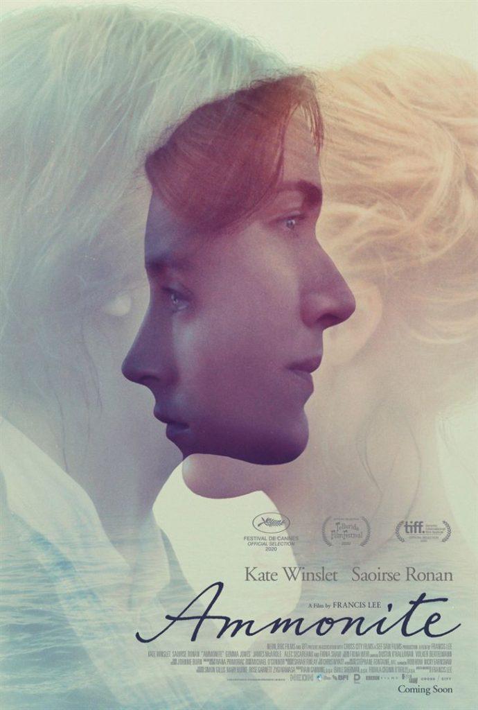 Pôster do filme Ammonite. Os rostos das atrizes se encontram sobrepostos, o nome do filme aparece no canto inferior direito, e acima dele está o nome das atrizes, Kate Winslet e Saoirse Ronan