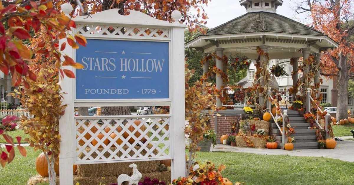 Foto contém o cenário da Placa da cidade de Stars Hollow.