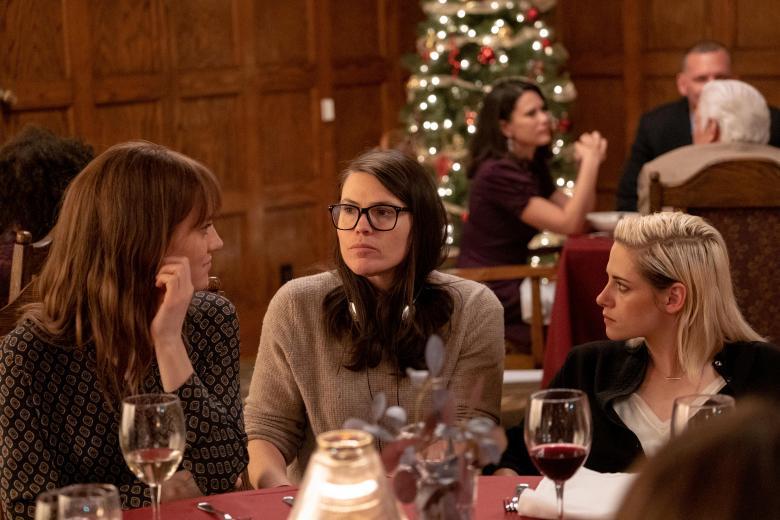 Na foto, Harper a direita, a dirota Clea DuVall no centro, e Abby a esquerda.