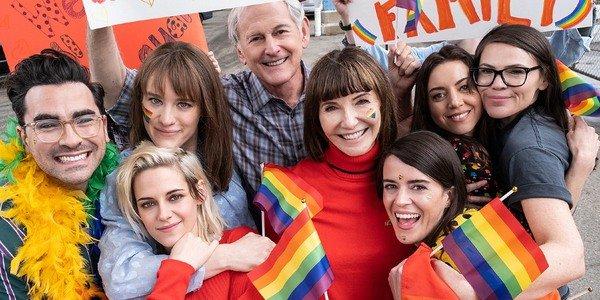Na foto, os personagens reunidos abraços com bandeiras e placas LGBT.