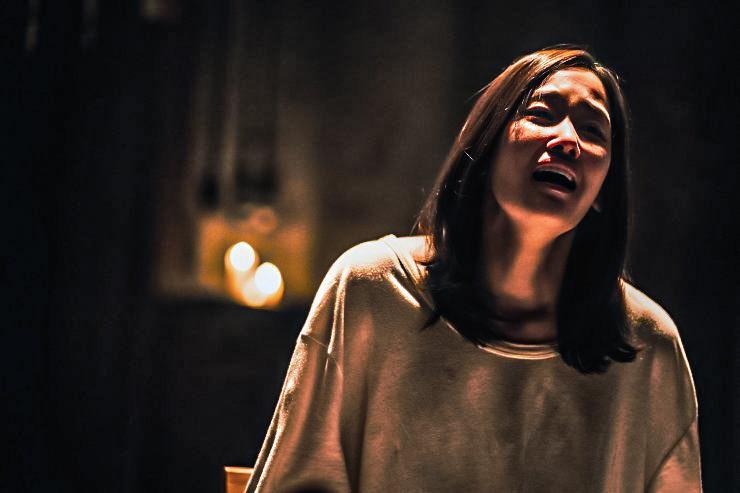 A imagem é de uma das cenas do filme. Nela, está a atriz Jeon Jong Seo. Jeon é uma mulher de traços orientais, cabelos castanhos na altura dos ombros e que está vestindo uma blusa branca de mangas compridas. Ela está em pé, no que aparenta ser uma sala, e com uma expressão assustada, com a boca semi-aberta.