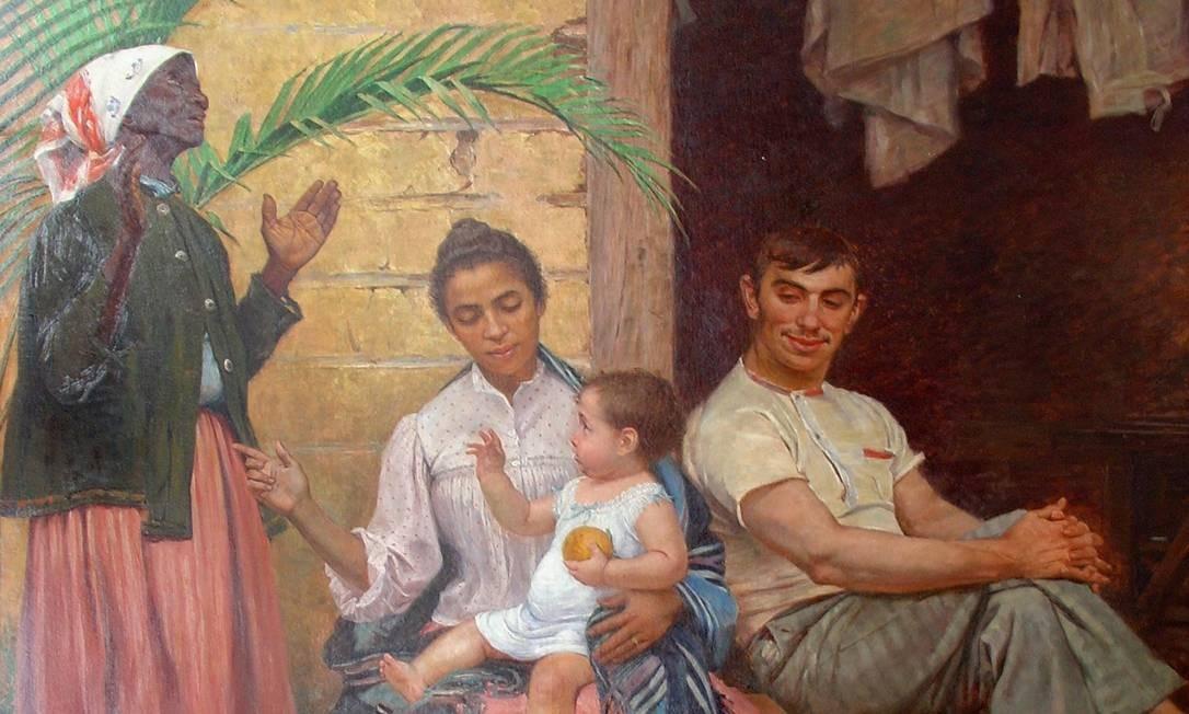 Uma pintura de quatro pessoas. Da esquerda para a direita: uma mulher negra em frente a uma folha de árvores entre ela e uma parede amarela. A mulher veste um lenço branco com tons vermelhos, blusa azul, casaco fechado preto e uma saia vermelha desbotada. Está olhando para cima com os braços dobrados e mãos erguidas. Ao lado, está sentada uma mulher de tom mais claro que a primeira com uma criança branca com rosto rosado e de cabelos castanhos no colo. A criança segura uma laranja e veste uma camisola branca. A mulher com o cabelo preto amarrado veste um manto azul, camiseta branca, saia rosa e com o olhar para baixo em direção à criança. Ao lado um homem sentado com as pernas cruzadas e as mãos no joelho virado para a direita. Com sorriso no rosto, está inclinado levemente para a esquerda olhando de canto para a criança. Ao seu lado a abertura para dentro da casa em um tom marrom escuro e acima parte de tecidos brancos pendurados à mostra.