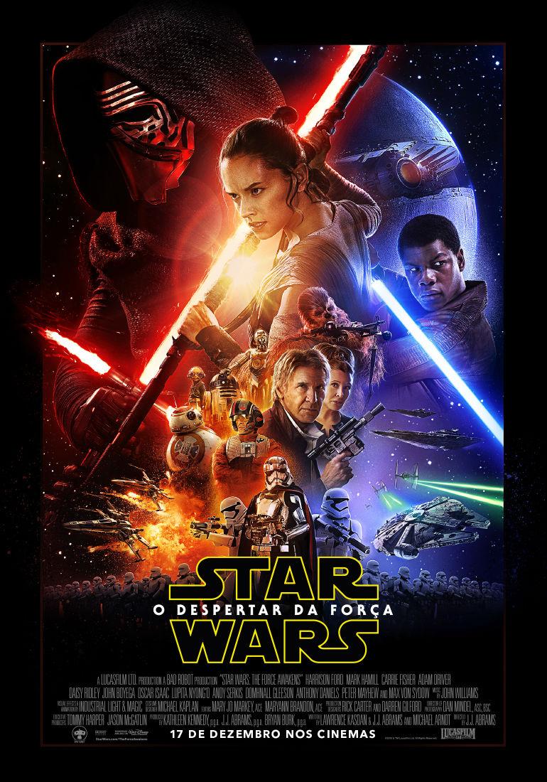 Pôster do filme Star Wars VII: O Despertar da Força. Sob um fundo escuro, a personagem principal Rey está ao centro, segurando uma arma comprida e inclinada para a esquerda. À sua direita, Finn segura um sabre de luz azul e olha para fora da imagem, também em direção ao lado direito. À esquerda de Rey está Kylo Ren, usando sua máscara que cobre todo o seu rosto e uma capa preta com capuz. Kylo Ren também segura seu sabre de luz vermelho. Embaixo de Rey estão alguns personagens clássicos  de Star Wars, como Chewbacca, C3PO, Princesa Leia e Han Solo. Nesse mesmo espaço também está o droid de Rey, BB7, e mais no lado inferior da imagem existem alguns stormtroppers segurando armas e em formação de exército e algumas naves espaciais, incluindo a clássica Millenium Falcom. Na parte de baixo da imagem está o clássico letreiro do Star Wars, com contorno amarelo e preenchimento preto. Embaixo dele, estão os créditos do filme.