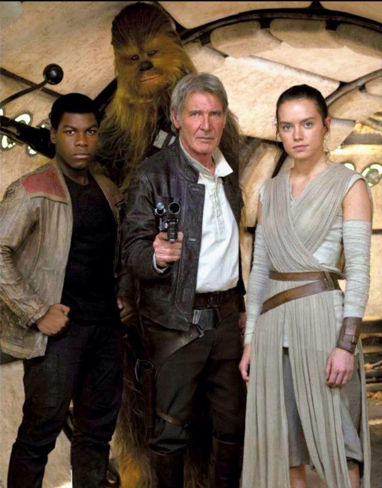 Imagem de Finn, Han Solo, Rey e Chewbacca. Han Solo está no meio e aponta uma arma para a câmera. À sua esquerda, está Finn, com as mãos na cintura. Entre os dois mas atrás, está Chewbacca, segurando sua arma. À direita de Han Solo, está Rey. Todos posam para a foto e encaram a câmera diretamente.