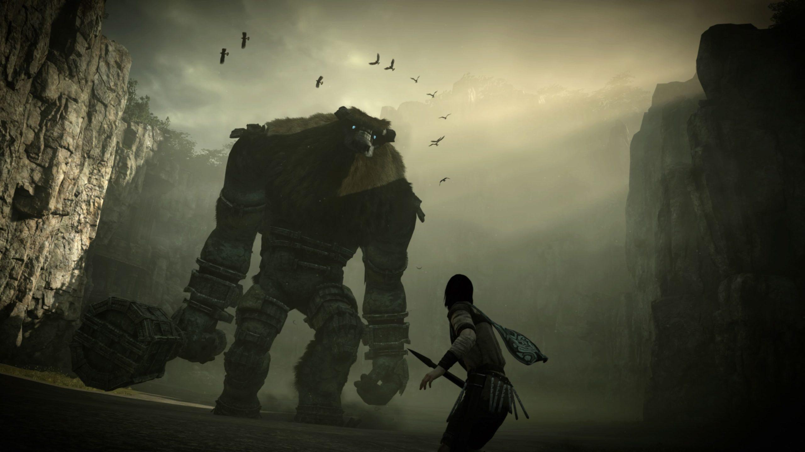Um gigante parecido com uma montanha segura um porrete na mão direita e está prestes a enfrentar um humano, que segura uma lança. A cena do jogo é escuro e sombreada, vemos apenas o contorno dos personagens, sem muitos detalhes