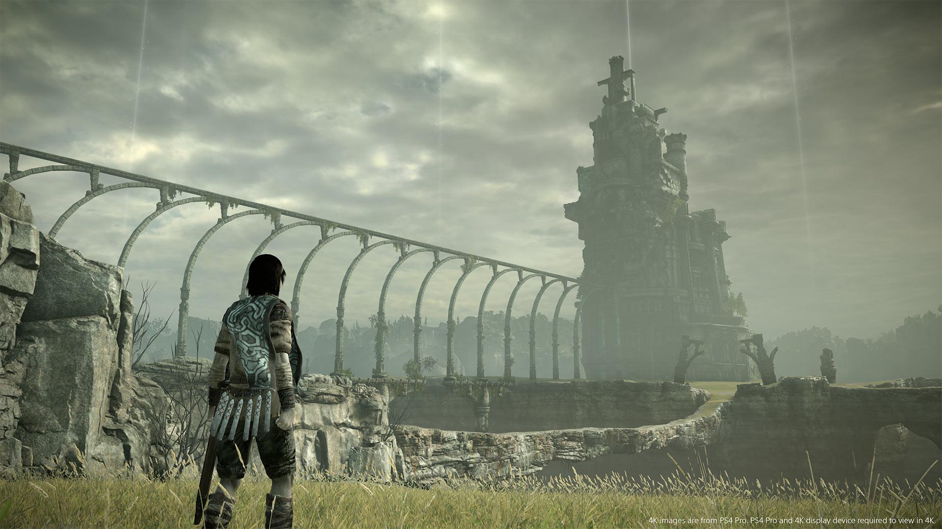 Um homem olha para uma torre distante, ele está usando armadura e tem cabelos pretos. Ele está nas ruínas de um castelo, com gramado verde no chão e muros de pedra cinza na extensão do caminho até a distante torre
