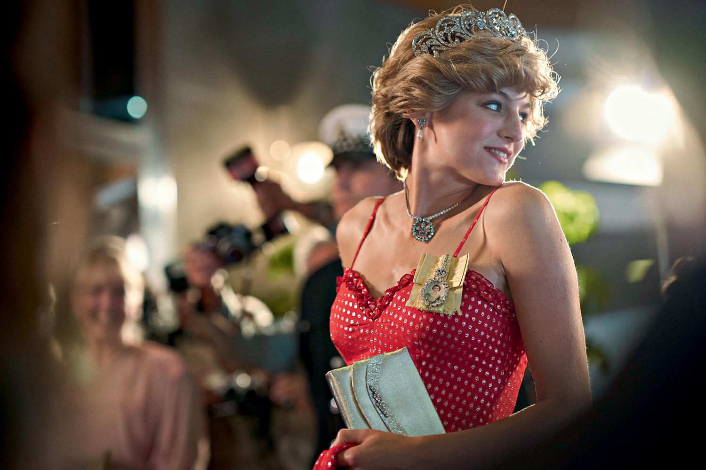 Na imagem, Lady Di está de perfil e utiliza um vestido vermelho.