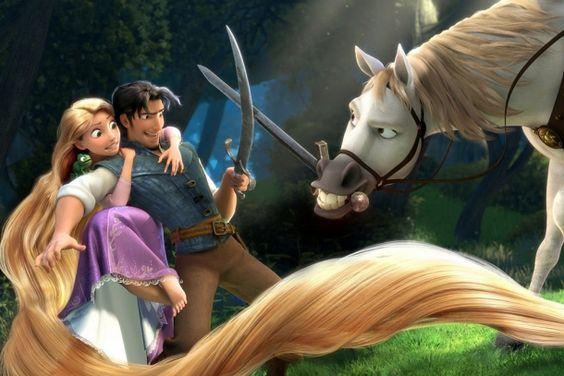 A imagem mostra Rapunzel agarrada às costas de Flynn Rider que segura uma espada. Ele duela com o cavalo branco Max, que tem uma espada entre os dentes. Eles estão em uma floresta e o cabelo comprido de rapunzel toma o primeiro plano da imagem.