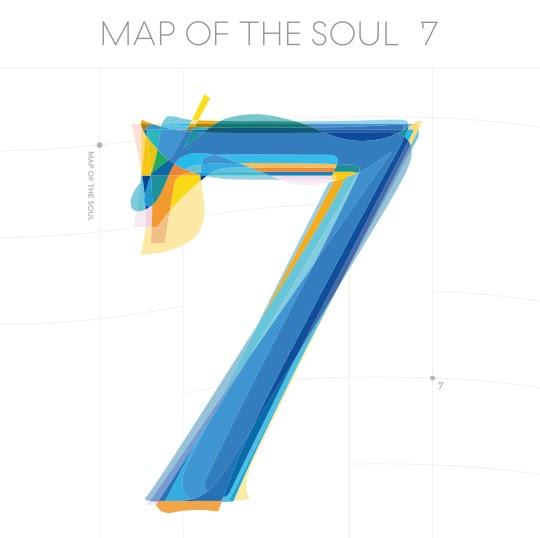 """Capa do álbum """"Map Of The Soul: 7"""" do BTS. A imagem é composta por um grande número sete azul com detalhes nas extremidades em amarelo, verde e laranja. O número sete está dentro de um gráfico de plano cartesiano, desenhado nos eixos x e y. Na parte superior da arte da capa do álbum, está escrito em cinza e em caixa alta o nome do disco, """"Map Of The Soul: 7""""."""