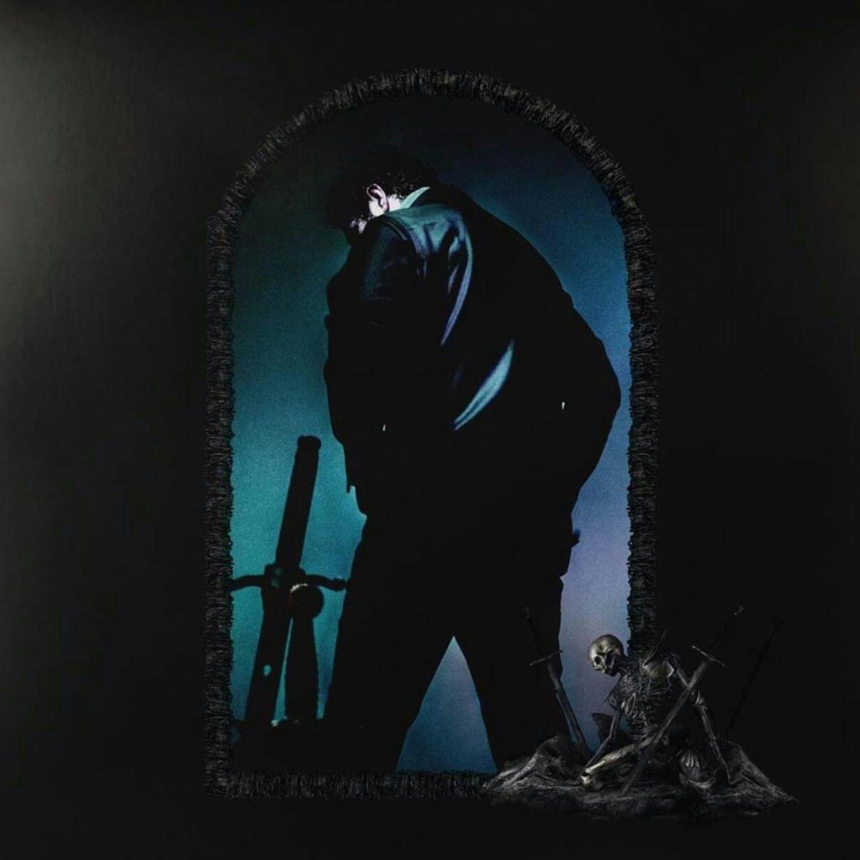 A imagem é a foto de capa do álbum Hollywood's Bleeding, do cantor Post Malone. Na imagem, há uma janela do que parece ser um castelo, com um esqueleto apoiado. Entre a janela, está Post virado de costas, com o corpo em direção à esquerda e cabeça abaixada. Ele veste uma jaqueta de couro preta e uma calça preta. Ao seu lado esquerdo, está uma espada.