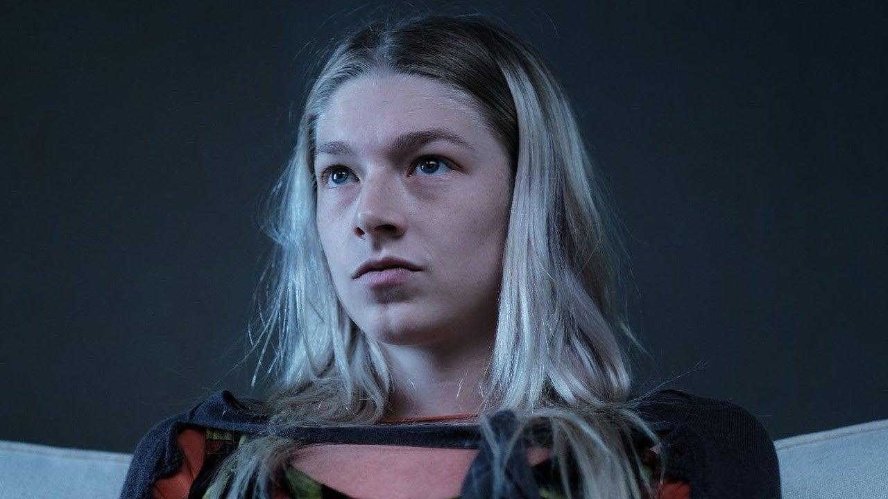Cena do episódio Part 2: Jules de Euphoria. Jules está com um olhar penetrante para sua psicóloga. Jules é uma adolescente de pele clara e cabelos loiros quase brancos, a raiz do cabelo é preta e ela não usa maquiagem.