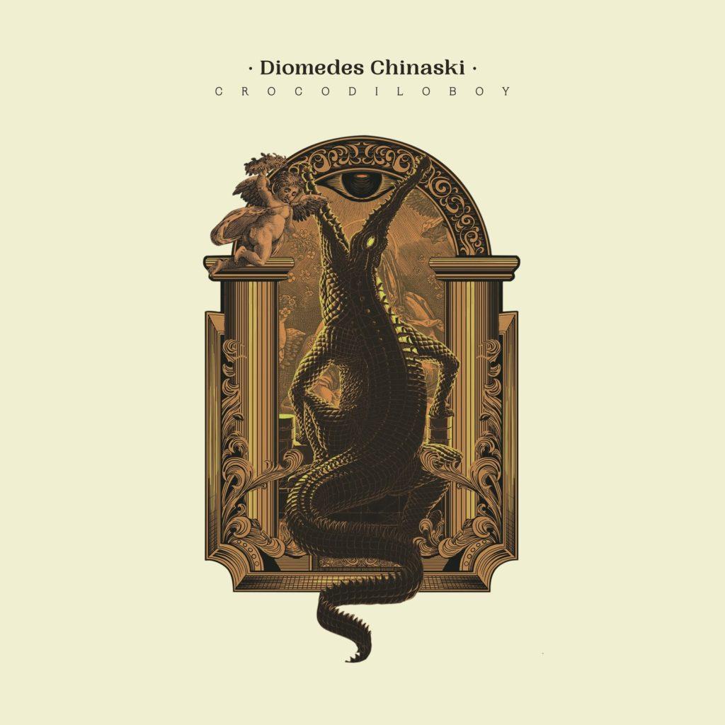 """A imagem é capa do álbum Crocodiloboy do rapper Diomedes Chinaski. A imagem possui um fundo bege e no centro há uma ilustração. A ilustração é um trono com vários detalhes, inclusive um anjo e há um crocodilo sentado nesse trono. Na parte superior há o nome do rapper """"Diomedes Chinaski"""" escrito com letra preta. Logo abaixo, há o nome do álbum """"Crocodiloboy"""" escrito com um maior espaçamento e em letra maiúscula."""