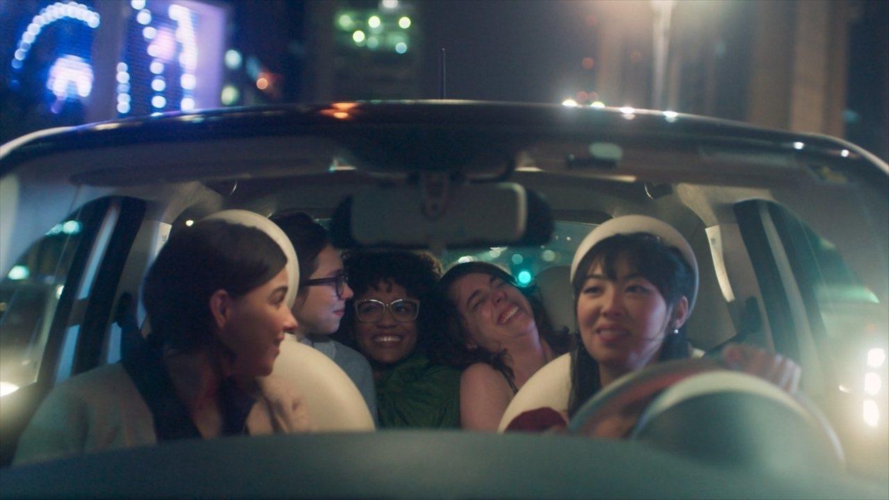 Cena da série As Five. As cinco protagonistas estão dentro de um carro, à noite. No banco do motorista, Tina, uma mulher de cabelo preto e liso de descendência japonesa, olha as amigas sentadas no banco detrás pelo espelho retrovisor. No banco do passageiro, Keyla, uma mulher branca de cabelo castanho, também olha para o banco detrás. No banco detrás, da direita pra a esquerda, Lica, Ellen e Benê riem. Lica é uma mulher branca de cabelo castanho na altura do ombro e tem sua cabeça apoiada no ombro de Ellen. Ellen, ao meio, é uma mulher negra de cabelo castanho e usa óculos redondos. Benê é uma mulher branca de cabelo castanho liso na altura do ombro e usa óculos redondos.