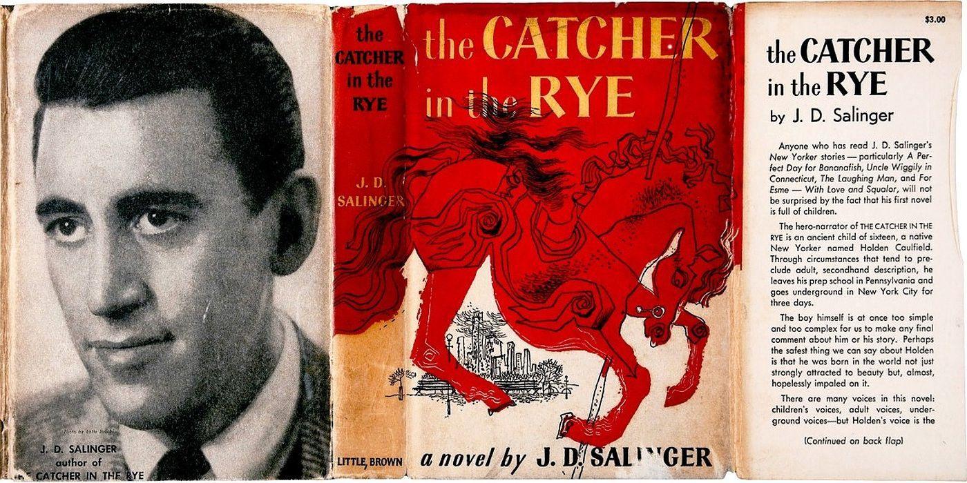 A imagem é uma fotografia do livro O Apanhador no Campo de Centeio aberto em sua capa e quarta capa. Ao lado esquerdo, na quarta capa, há uma fotografia do autor J. D. Salinger. Enquanto, à direita, há a imagem da capa e orelha do livro.